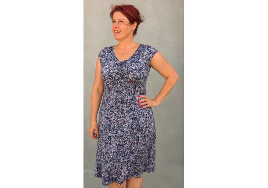Modré šaty s drobným vzorem